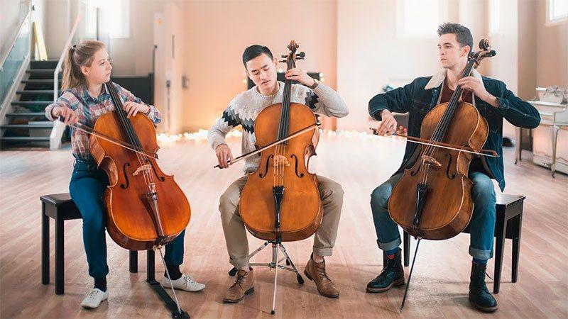 سه نفر در حال نواختن ویولنسل
