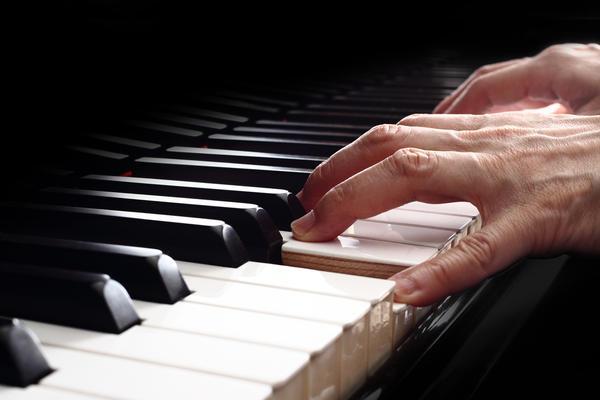در حال نواختن پیانو