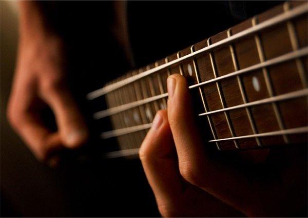 در حال نواختن گیتار بیس