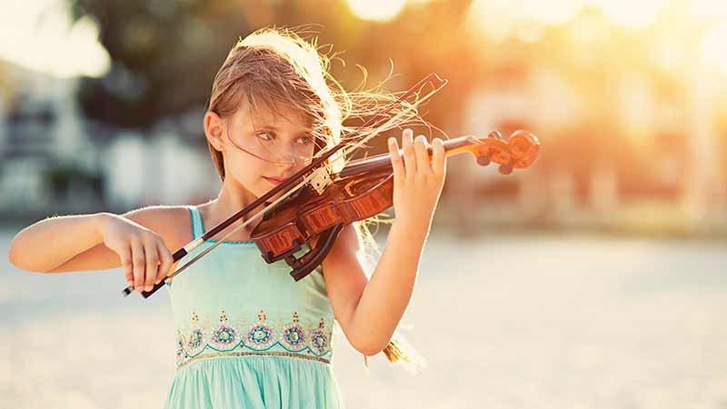 کودک در حال نواختن ویولن