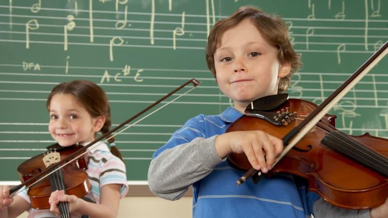 کودکان در حال نواختن ویولن