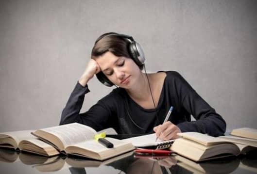 گوش دادن به موسیقی هنگام درس خواندن