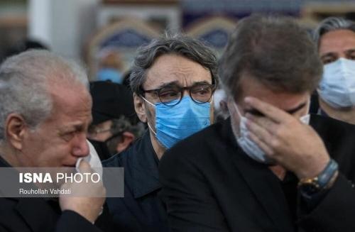حسین علیزاده و داریوش پیرنیاکان در خاکسپاری محمدرضا شجریان